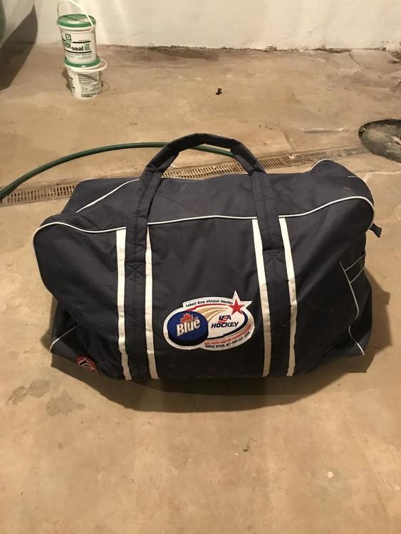 f5ea0a0f222f Labatt Blue USA Pond Equipment Bag