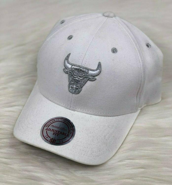 53c5cc0e2c011 Chicago Bulls NBA Mitchell & Ness Chrome Brim White Snapback Hat Men