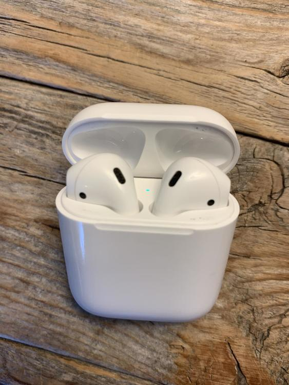 Apple Airpods 2nd Generation With Charging Case Used